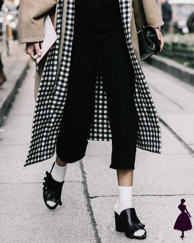 Street Style de Milan medias con sandalias