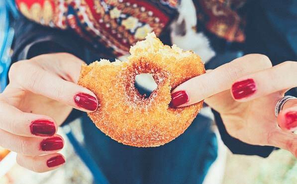 Hábitos que te tienen las uñas maltratadas