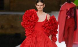Vstido de Valentino en color rojo con mucho vuelo en la parte superior